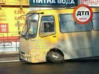 В Киеве прямо на ходу начала разваливаться маршрутка