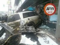 В Киеве автомобиль протаранил стоматологию. Погибла женщина, 8 человек пострадали