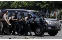 В столице Индонезии прогремели сразу несколько взрывов. Есть жертвы