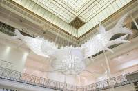 В одном из торговых центров Парижа появились очень необычные инсталляции