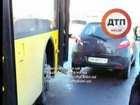 Столкновение легковушки и автобуса парализовало движение на Южном мосту в Киеве