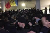 В Кишиневе протестующие ворвались в здание парламента. Видео с места событий