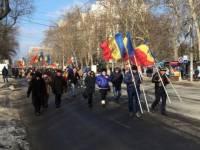 Протестующие в Молдавии выдвинули требования власти и раздали полицейским хризантемы
