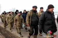 Около полусотни ободранных военных идут пешком из Широкого Лана в Николаев c жалобами на командование