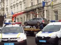 К приезду Деканоидзе машины чиновников от здания Львовской облгосадминистрации пришлось убирать эвакуаторами