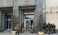 На Майдане неспокойно. Люди в камуфляже заняли актовый зал отеля «Козацкий» и повздорили с правоохранителями