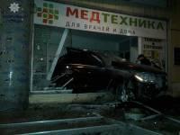 В Одессе пьяный водитель, уходя от погони полиции, влетел в магазин