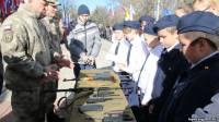 В Крыму детей учат разбирать и собирать автоматы. А в армию берут по упрощенной процедуре