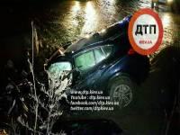 В Киеве молодая компания на крутом внедорожнике врезалась в отбойник. Один человек погиб