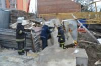 В Ирпене на людей упал строительный кран. Один человек погиб, двое ранены