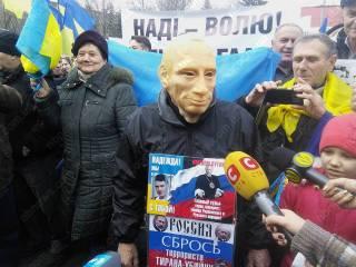 Под посольством России в Киеве опять собрались неравнодушные люди