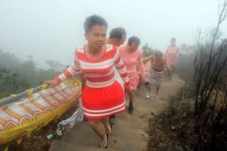 Китайские мужчины полезли на гору в платьях и на каблуках, чтобы почувствовать, каково быть женщиной