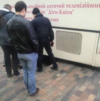 «Діти-Квіти»: В центре Киева, прямо под носом у Кличко, в дорожной яме застрял детский автобус