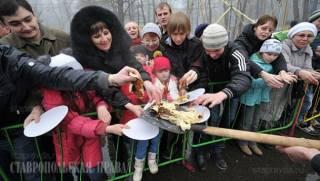 Российским чиновникам запретили кормить людей с лопат на Масленицу