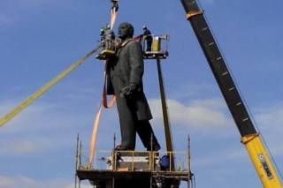 В Запорожье демонтируют самого большого Ленина в Украине