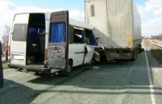 На Днепропетровщине микроавтобус влетел в фуру. Пострадали 10 человек