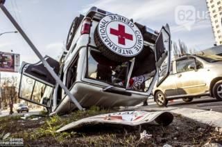 В центре Донецка перевернулся джип Красного креста