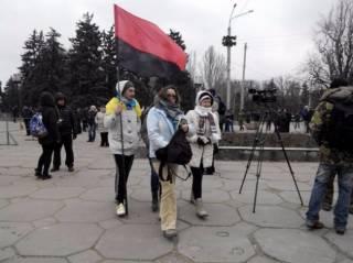 Жители Запорожья вторые сутки наблюдают за демонтажем памятника Ленину