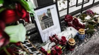 К посольству РФ в Киеве второй день несут цветы