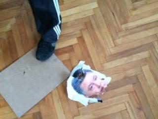 Винницкому активисту светит 7 лет за порванный портрет Порошенко