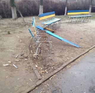 На Соломенке кто-то подорвал скамейку во дворе многоэтажного дома