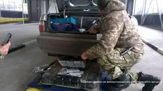 В топливном баке «Волги» на Харьковщине нашли 148 млн рублей. Водитель сказал, что его так «заправили»