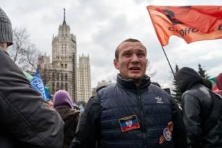 На антипутинском митинге в Москве повязали паренька с «флагом ДНР» и прочими атрибутами «Русского мира»
