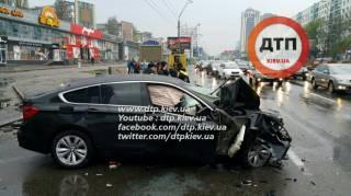 BMW в центре Киева снес столб на 40 метров от места ДТП