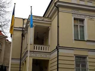 У посольства Украины в Литве подняли флаг крымских татар. Вопреки протоколу