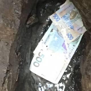 Схваченный за «волосатую лапу» фискал спустил 39 тысяч гривен в канализацию