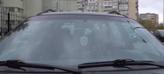 В машине киевского полицейского нашли значок «Беркута» и российский триколор