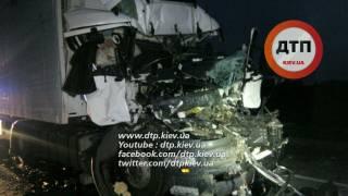 Под Киевом водитель грузовика, уснув за рулем, убился о фуру компании Roshen