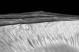 На Марсе нашли кипящую воду