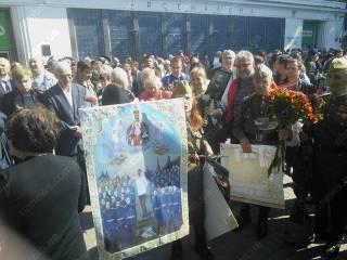 Сумасшедшая бабулька устроила провокацию в Киеве, принеся... икону со Сталиным