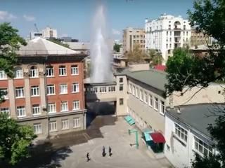 Посреди харьковской школы забил фонтан выше крыши