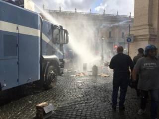 Полиция Рима применила водометы против демонстрантов