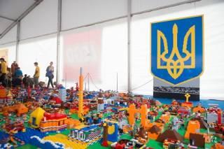 В Киеве на Спортивной площади построили 3D-карту Украины