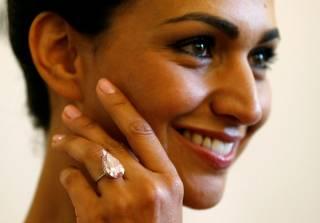 На аукционе в Женеве редкий розовый бриллиант продали за рекордную сумму