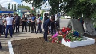 Вопреки запретам оккупационных властей, крымчане несут цветы к местам памяти жертв депортации