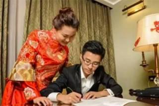 Китайские молодожены в первую брачную ночь бросились переписывать от руки конституцию
