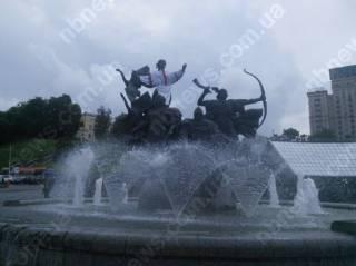 В Киеве продолжают украшать памятники. Теперь Лыбидь в вышиванке