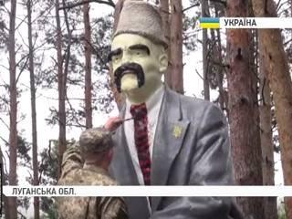 Украинские солдаты на Луганщине подошли к декоммунизации творчески, превратив памятник Ленину в Шевченко