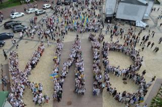 17-й мегамарш в вышиванках, первая женская велогонка, «Алиса» и фонтаны на Русановке: Киев празднует День города