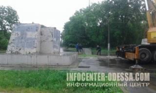 В Одессе демонтировали самый большой памятник Ленину. Со второй попытки