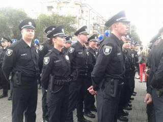 В Мариуполе приняли присягу 172 полицейских. Их коллега из Киева так торопился, что попал в ДТП