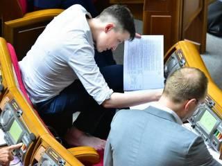 Без обуви. Савченко погрузилась в работу Верховной Рады