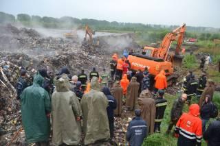 Найдены тела троих львовских спасателей, погребенных под лавиной мусора