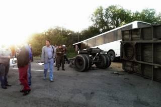На Луганщине КамАЗ не разминулся с автобусом