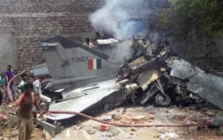 В Индии истребитель упал на жилое здание