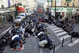 В Париже пришлось экстренно эвакуировать около 400 мигрантов